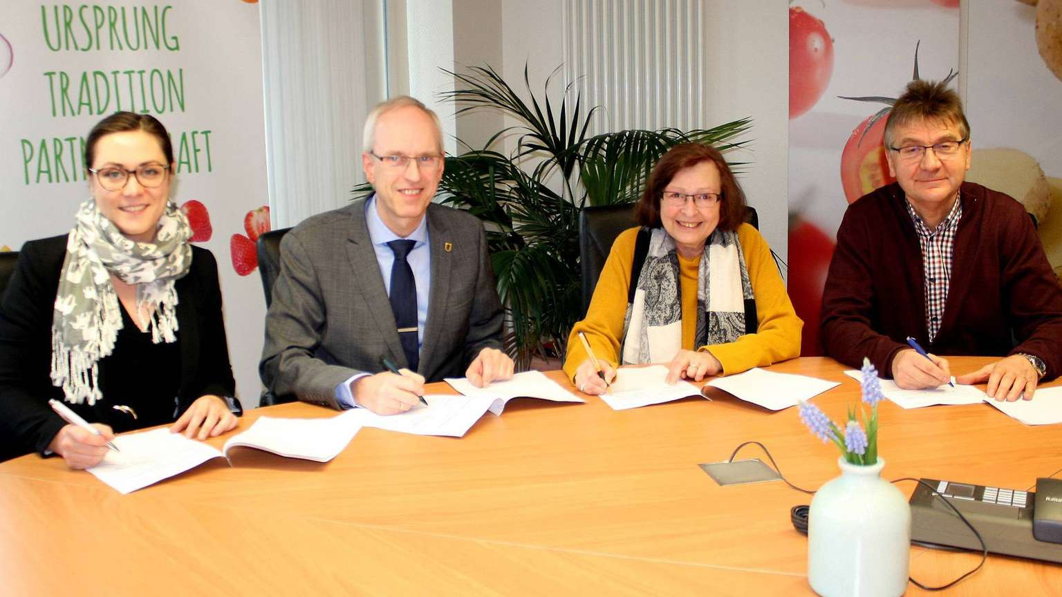 Fotoquelle: Kreiszeitung.de | Wilke | Lernpartnerschaft besiegelt (v.l.): Verena Beck, Wolfram van Lessen, Andrea Formella und Laurenz Meyer.
