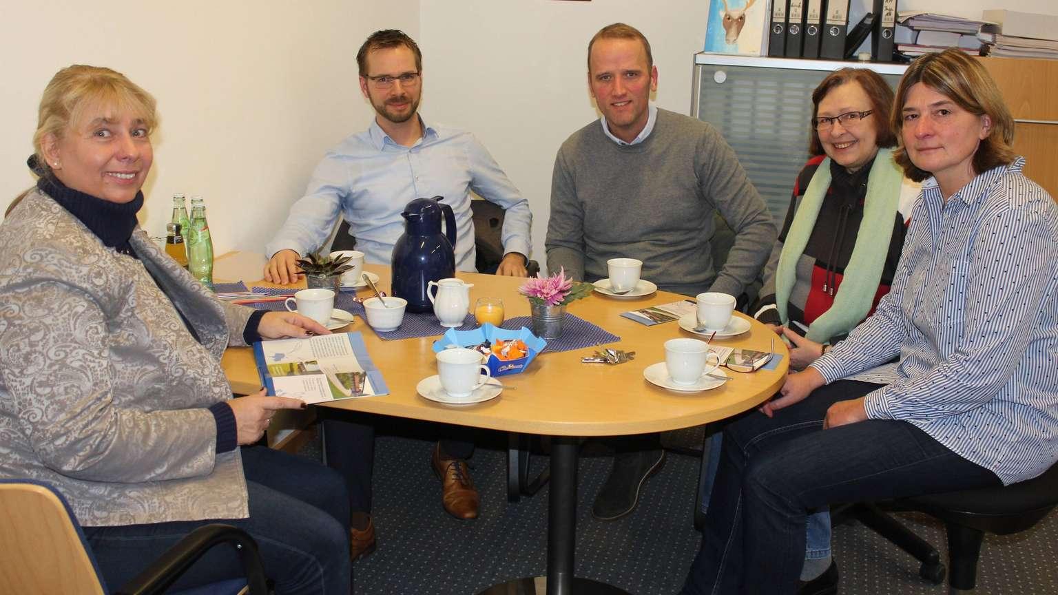 David Nordmann (2.v.l.) und Christian Wiese überraschen Gaby Straube (l.), Andrea Formella und Ines Ozegowski (r.) - Foto: Nölker