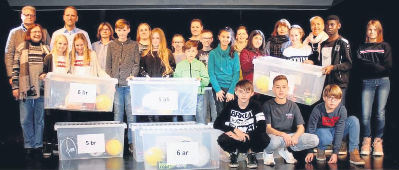Fotoquelle: Kreiszeitung.de | Sieben Spielekisten spendet die Twistringer GUT dem Schulzentrum. Foto: Wilke