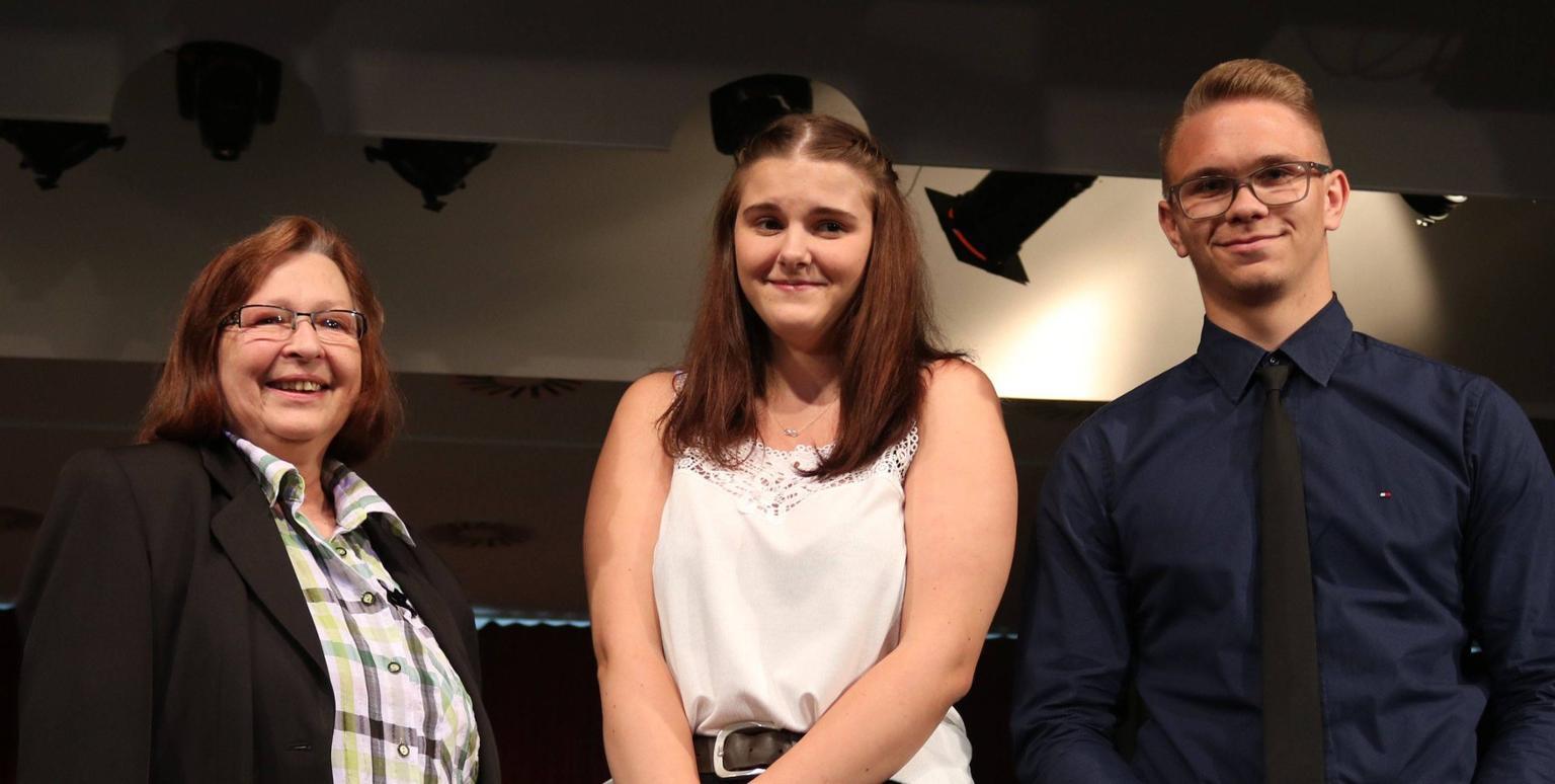 Luna Müller und Krystian Stachnik wurden von Andrea Formella für ihr besonderes Engagement ausgezeichnet. | Foto: Kreiszeitung.de