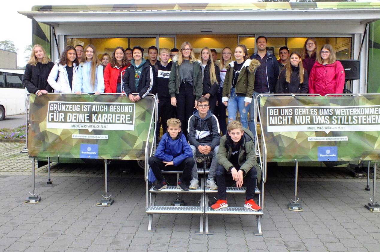 Foto: Schülerinnen und Schüler der Klassen 9aR/9bR und Herr Buchholz